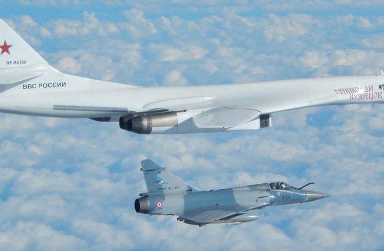 Des avions militaires tirent dans les airs, explosent et les Russes entame une enquête
