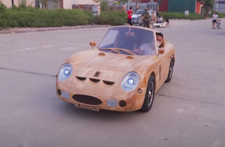 L'artiste crée une mini Ferrari 250 GTO en bois et parade à travers la ville
